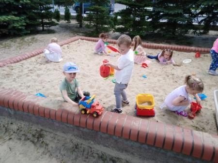 Zabawy na placu przedszkolnym 21.05.2019r.