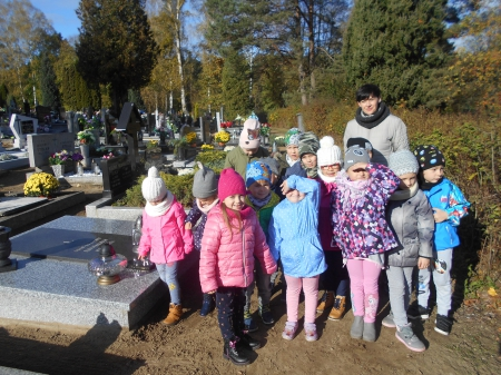 2019.10.30- Spacer na cmentarz- zapalenie zniczy na grobach zapomnianych.