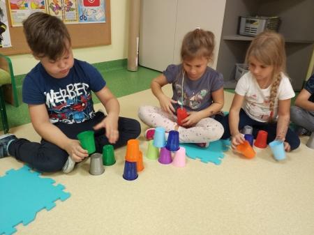 23.09.2020 - Uczymy dzieci programować- kodowanie na dywanie- zabawy z kubkami.