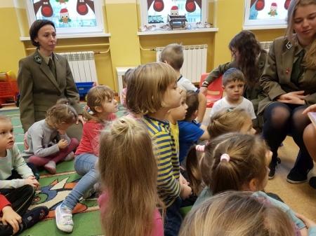 1.12.2017 Czytanie bajek przez uczennice z Technikum Leśnego w Goraju